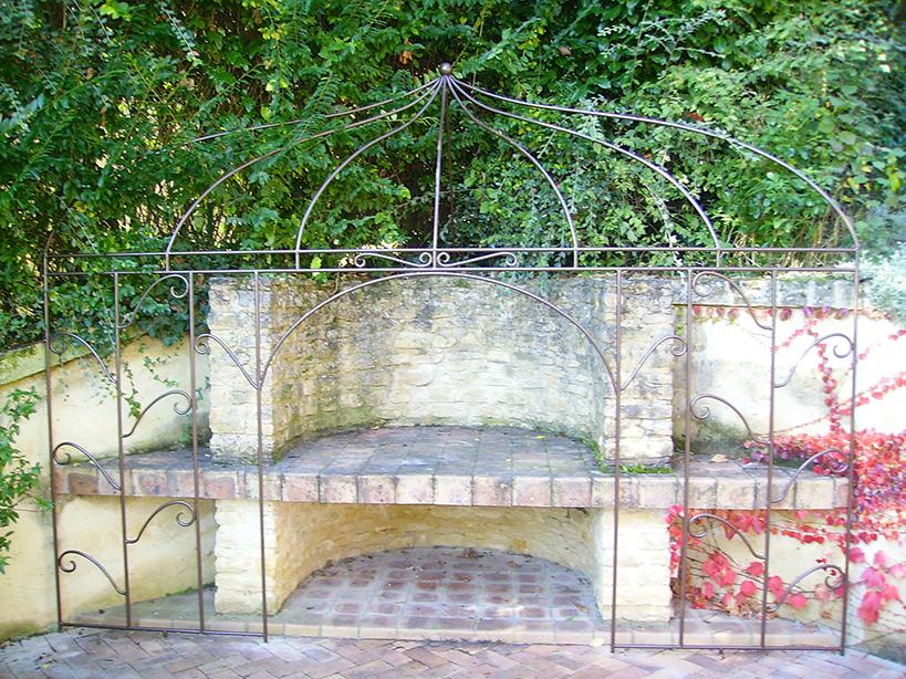 Decorative lattice in painted round iron