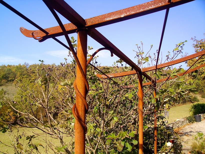 Cette pergola a été laissé rouiller naturellement en attendant sa couche de finition (vernis incolore).