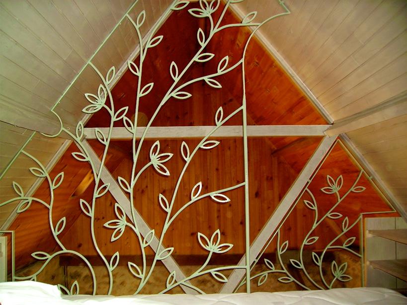 Grille de protection décorative pour une mezzanine.