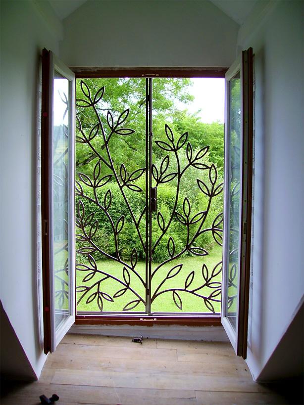 Le motif de cette fenêtre fut inspiré par la vue de dehors de celle-ci.