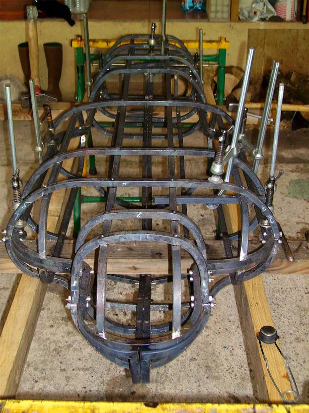 Les différents éléments sont tenus en place à l'aide de serre-joints et boulons pendant l'assemblage aux rivets