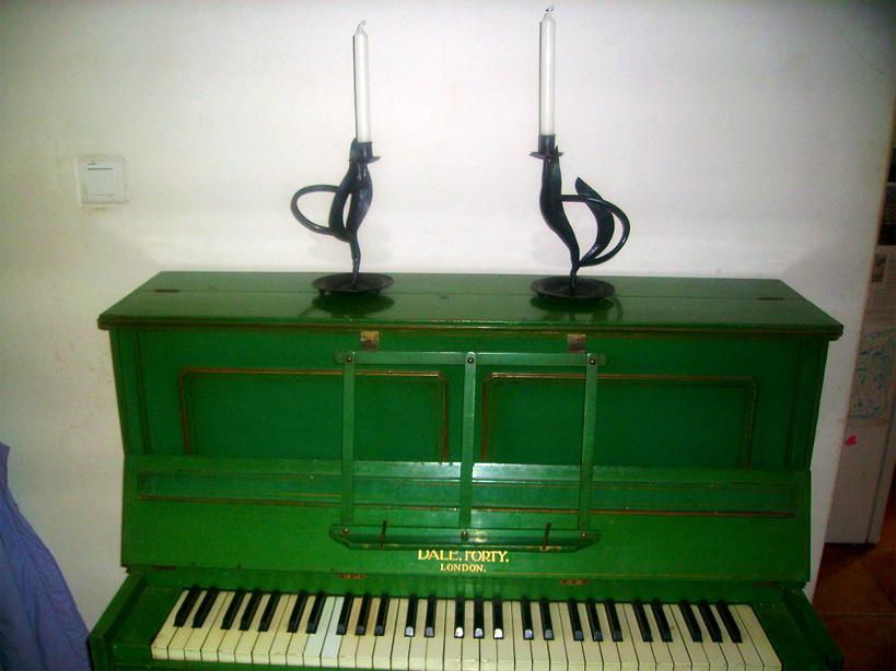 Bougeoirs stylisés placés sur un piano.