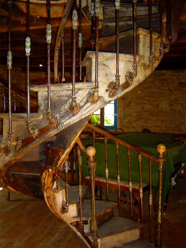 Cet étonnant escalier hélicoïdal du 18ème, fut livré en vrac, jadis il supportait une tour et se tient maintenant au centre d'un salon.
