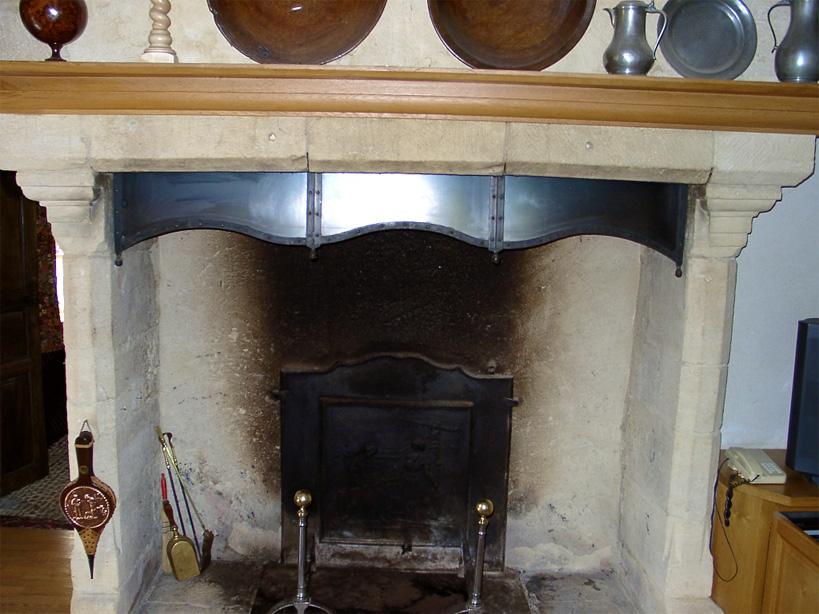 Cette élégante hôte de cheminée réduit la taille de son ouverture, permettant un meilleur tirage.