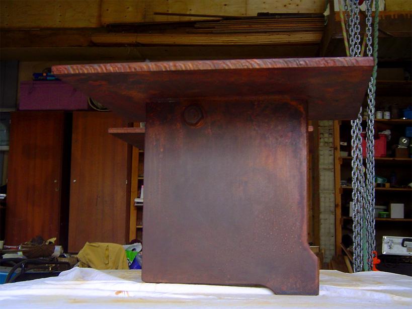 L'épais plateau est resté brut de coupe affirmant son caractère industriel, elle pèse 160kg.