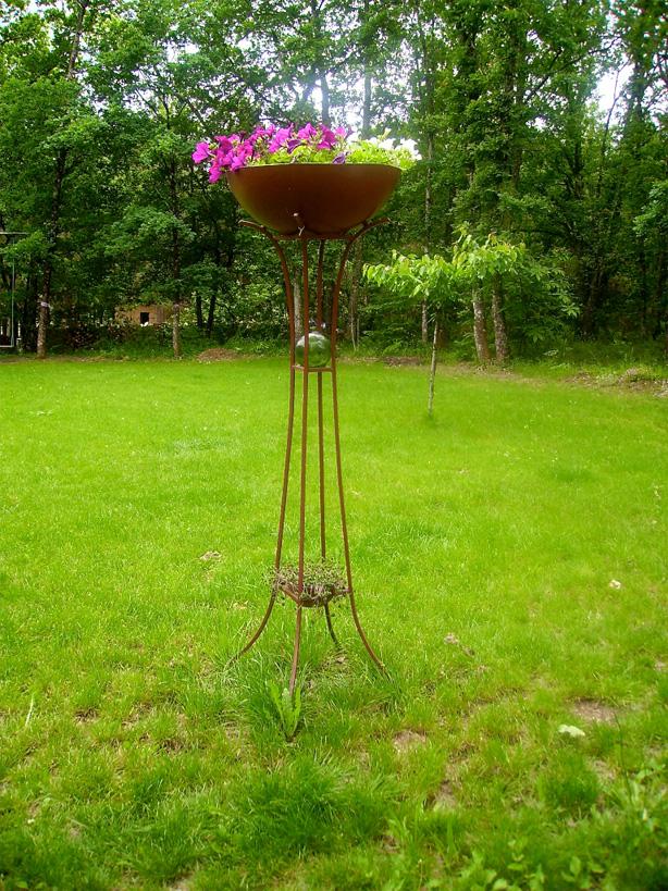 La surélévation des fleurs grâce à la vasque donne une dimension intéressante à ce jardin simple.