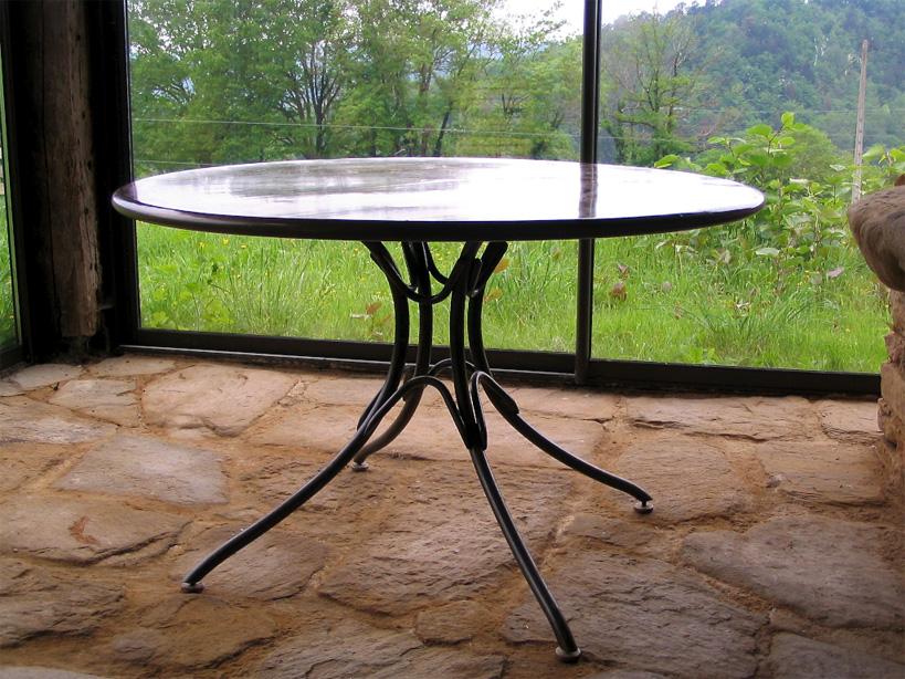 Les pieds de cette table sont tous réglables car le sol de cette terrasse vitrée est irrégulier.