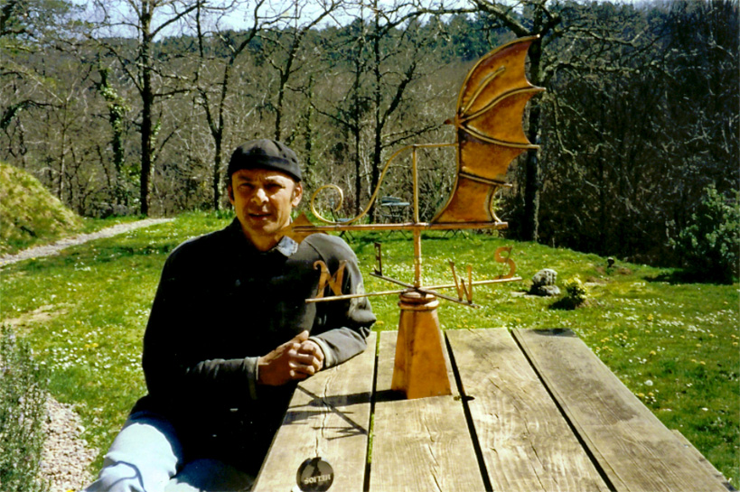Moi-même posant avec une girouette réalisée en cuivre.