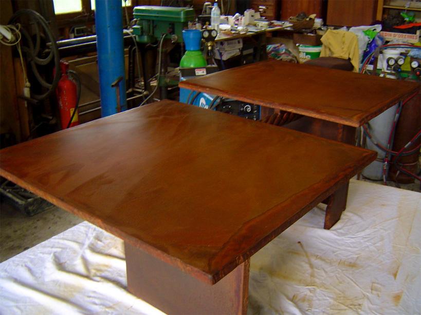 Table basse réalisée avec une plaque de 15mm d'acier traitée aux acides donnant une riche patine